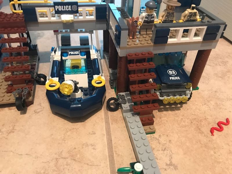 Lego City Police Swamp Police Station 60069 Review